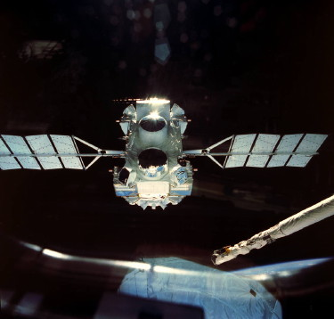 STS-37 ONBOARD PHOTO: GAMMA RAY OBSERVATORY (GRO) DEPLOYMENT.