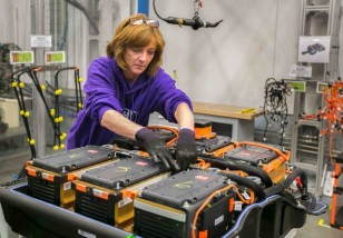battery-pack-assembly-for-2015-chevrolet-spark-ev-electric-car-at-gms-brownstown-michigan-plant_100466967_m
